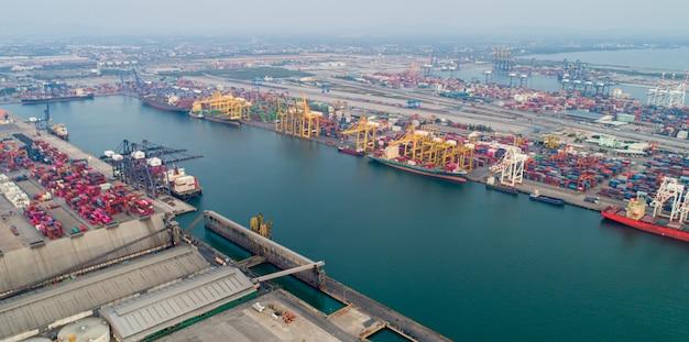 Ein containerschiff im export- und importgeschäft sowie in der logistik mit covid-19-effekt