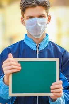 Ein coronavirus-ausbruch des corona-virus. epidemisches virales respiratorisches syndrom. platte in den händen des mannes china
