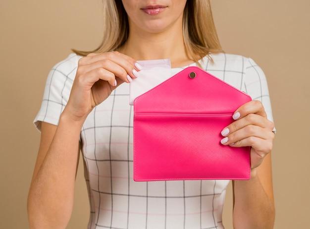 Ein damenbinde aus der handtasche nehmen