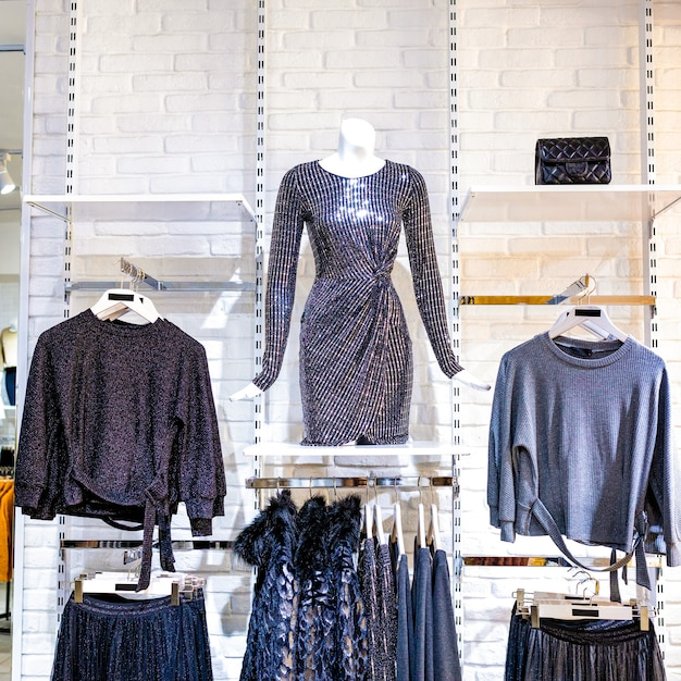 Ein damenmodegeschäft mit mannequin, das den neuesten trend anzeigt