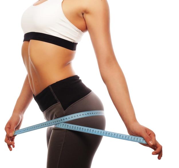 Ein detail der jungen sportfrau mit perfektem fitnesskörper
