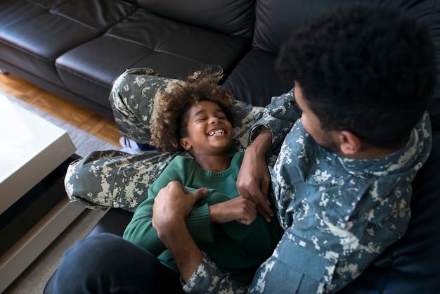 Ein dienstfreier soldat, der familienmomente genießt