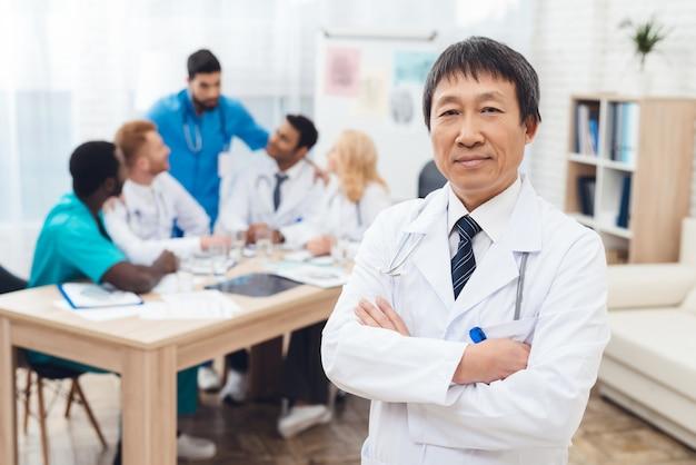 Ein doktor des asiatischen auftrittes wirft vor der kamera auf.