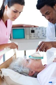 Ein doktor und eine krankenschwester, die einen patienten wiederbeleben