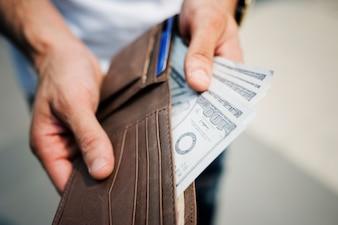 Ein Doller Rechnungen in einer Brieftasche