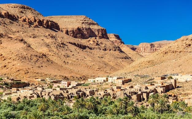 Ein dorf mit traditionellen kasbah-häusern im ziz-tal - marokko