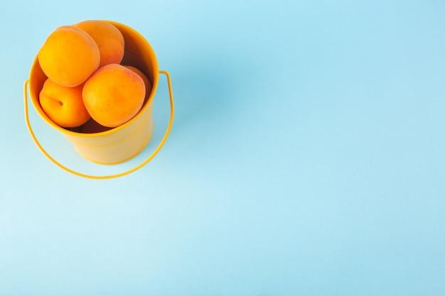 Ein draufsichtkorb mit aprikosen süßen milden feten isoliert