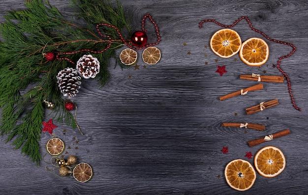 Ein dunkler hölzerner hintergrund mit weihnachtsdekor und kopienraum für text