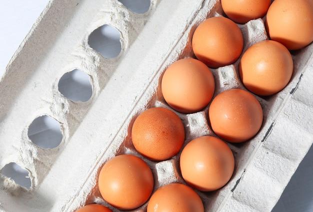 Ein dutzend braune eier im karton