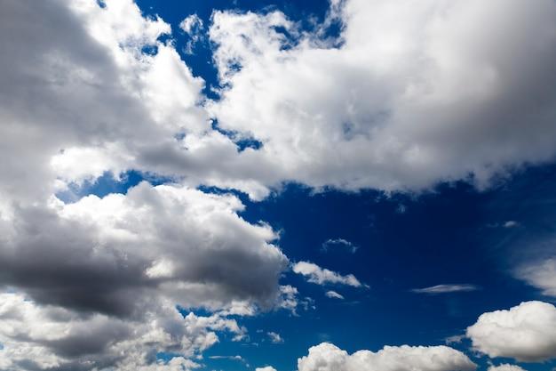Ein echter blauer himmel mit vielen wolken in der sonnigen tageszeit bewölktes wetter in der natur