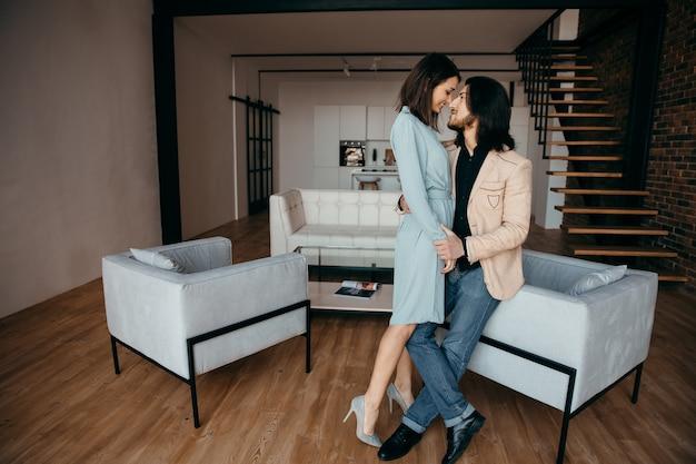 Ein ehepaar genießt das luxuriöse interieur seiner neuen wohnung. hochwertiges foto