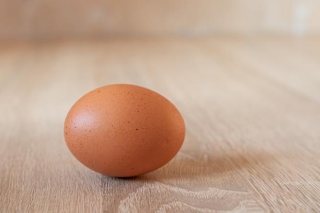 Ein ei auf dem holztisch