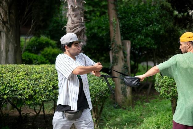 Ein einbrecher auf der straße, der versucht, die tasche des touristen zu stehlen