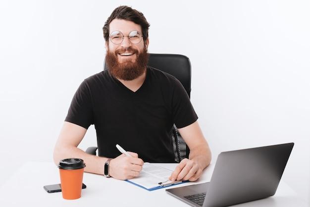 Ein einfacher tag eines freiberuflichen arbeiters, mit fröhlicher stimmung und bereit für mehr arbeit