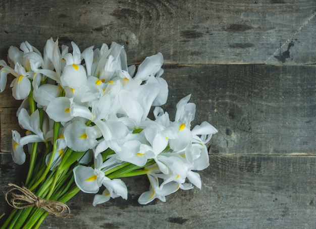 Ein einfaches bündel weiße lilien schloss mit rustikalem thread