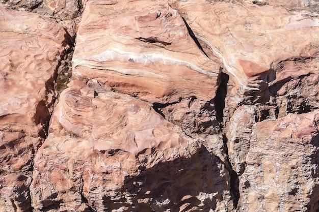 Ein einzigartiges muster aus bröckelndem gestein mit tiefen rissen die textur und der natürliche hintergrund von sandstein