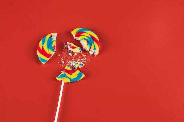 Ein eis am stiel süßigkeiten in stücke geschnitten