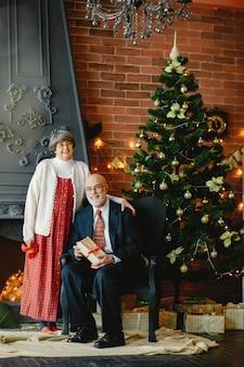 Ein elegantes altes paar feiert weihnachten