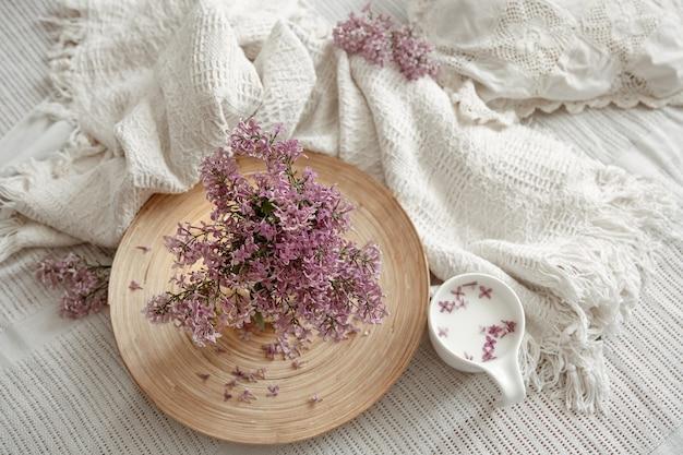 Ein elegantes und zartes wohnstilleben mit frühlingsblumen und einem drink in einer tasse