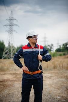 Ein energiearbeiter inspiziert stromleitungen