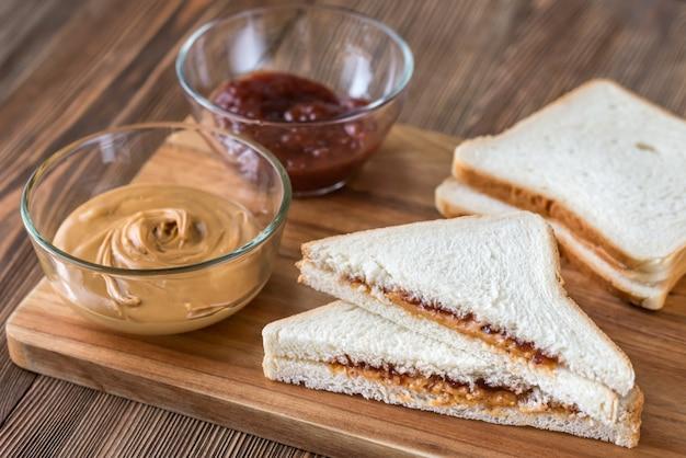 Ein erdnussbutter-gelee-sandwich