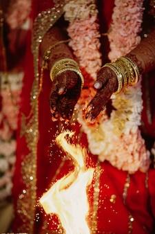 Ein erstaunlicher blick des traditionellen rituals mit feuer