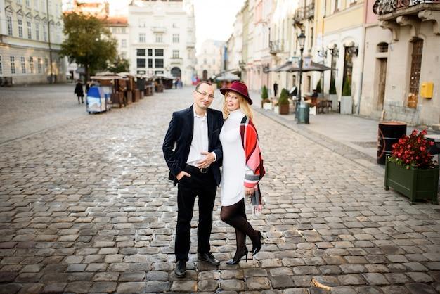 Ein erwachsenes ehepaar geht durch die straßen der altstadt. tourismuskonzept.