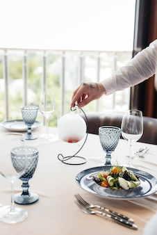 Ein exquisiter salat aus meeresfrüchten, thunfisch und schwarzem kaviar in einer schönen portion auf dem tisch im restaurant. exquisite köstlichkeiten der haute cuisine hautnah.