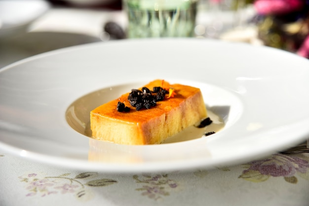 Ein exquisiter süßer kuchen, der als dessert bei einem gourmet-gala-menü serviert wird