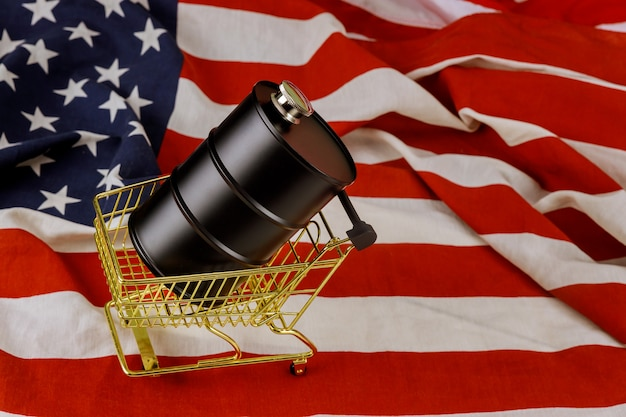 Ein fass öl auf einer amerikanischen flagge