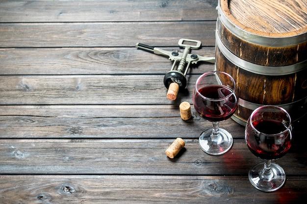 Ein fass rotwein mit einem korkenzieher.