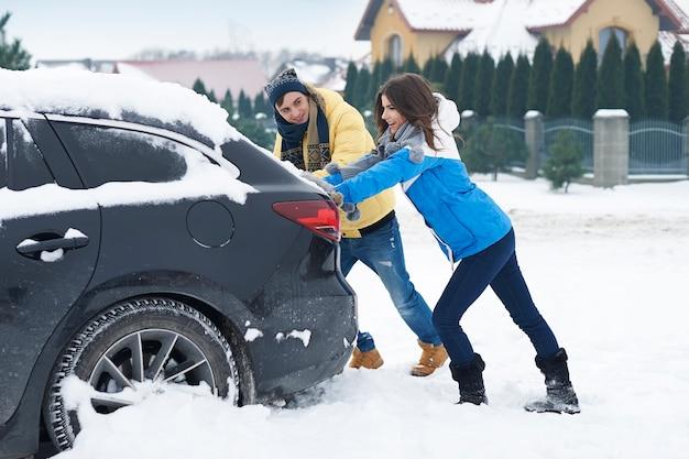 Ein festgefahrenes auto in der schneeverwehung ist für uns ein großes problem