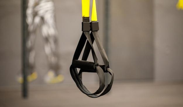 Ein fitnessgerät namens trx, das für das spielen am mittag in einem fitnessstudio vorbereitet wurde
