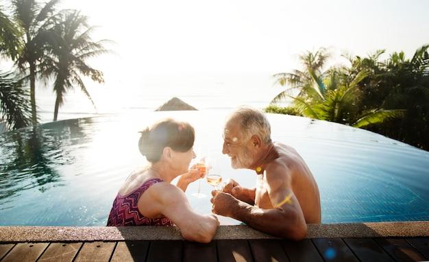 Ein flitterwochenpaar, das die sommerzeit genießt