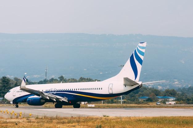 Ein flugzeug des skyteams auf einem startstreifen am flughafen tivat in montenegro