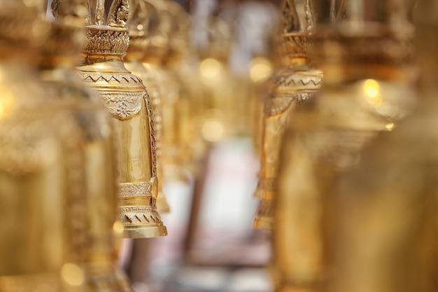 Ein fokus goldene glocke, die im tempel hängt.