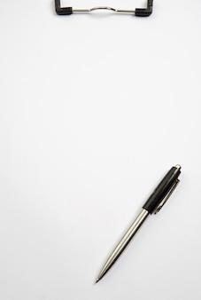 Ein foto von einem klemmbrett und von einem stift über weißem hintergrund