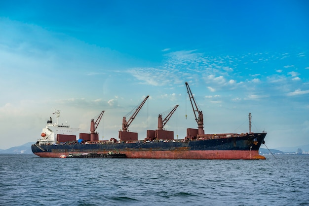Ein frachtschiff oder ein frachtschiff auf meer in thailand