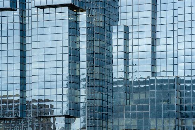 Ein fragment der modernen gebäudestruktur aus stahl und glas