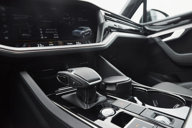 Ein fragment der modernen limousine und ein getriebe in einem teuren auto.