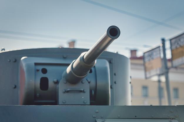 Ein fragment eines gepanzerten fahrzeugs vor dem hintergrund eines verschwommenen bushaltestellenschildes Premium Fotos