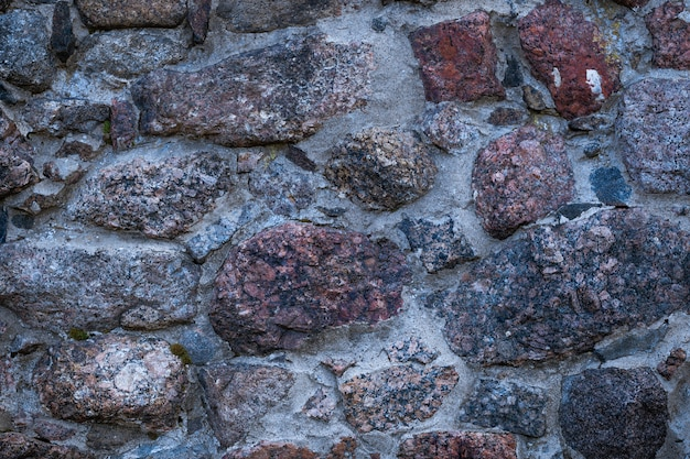 Ein fragment von granitmauerwerk, das bei tageslicht in der nähe aufgenommen wurde