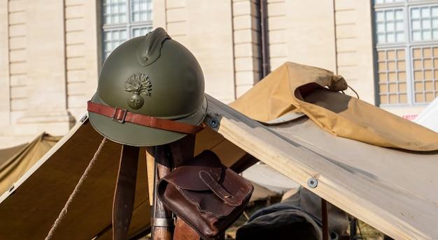 Ein französischer militärhelm aus dem zweiten weltkrieg