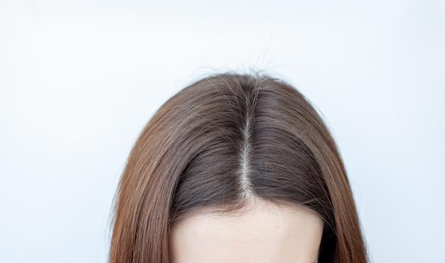 Ein frauenkopf mit grauem haarscheitel
