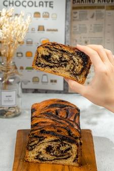 Ein frisch gebackenes schokoladen-babka- oder brioche-brot