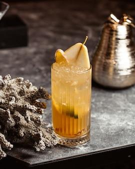 Ein frischer cocktail der vorderansicht innerhalb des glases auf der dunklen oberfläche mit getränkesaftfrucht