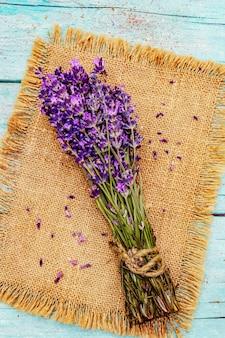 Ein frisches bouquet von duftendem lavendel