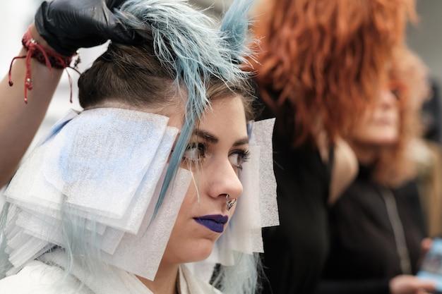 Ein friseur im schönheitssalon mit kunden