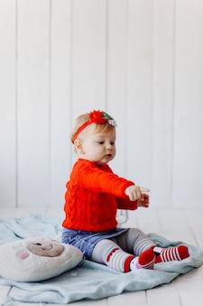 Ein fröhliches baby spielt
