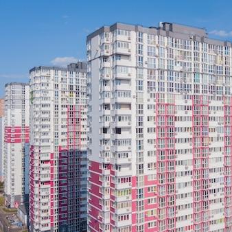 Ein froschperspektive einer neuen bunten hochhauswohnung gegen den himmel.